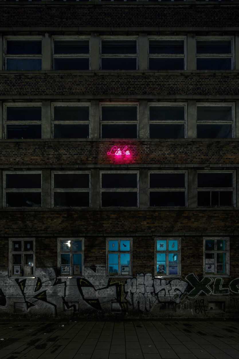 Schriftzug 'Liebe' der Hohen Worte an einer Hausfassade in Leipzig Lindenau.
