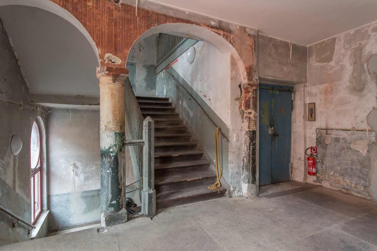 Blick auf das Treppenhaus im Westflügel Lindenfels.