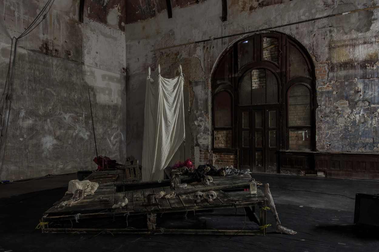Blick in den ehemaligen Tanzsaal des Westflügels Leipzig. Zu sehen ist die Bühne des Stück EXIT.
