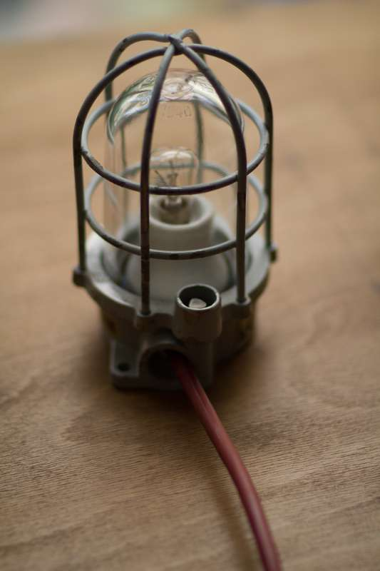 Alte Lampen und Leuchtmittel werden im Projektraum WKR von Wolf Konrad Roscher in den ursprünglichen Zustand versetzt.