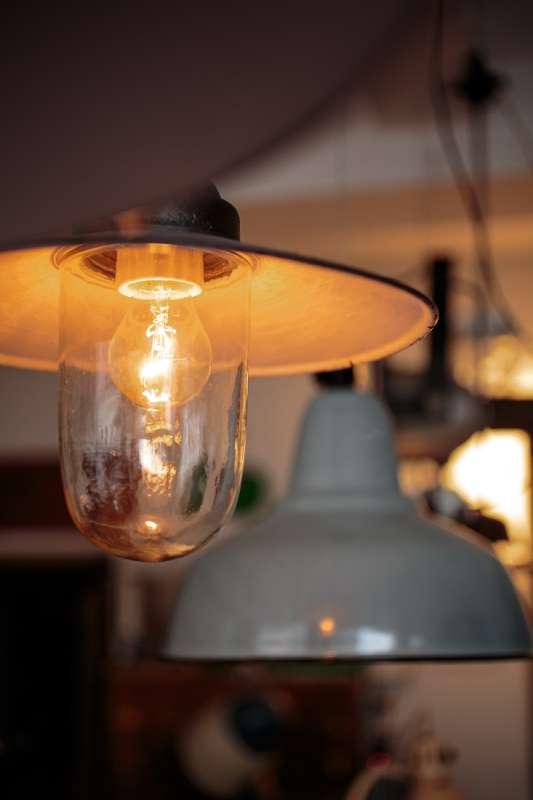 In dem Projektraum in Leipzig Lindenau findet man unter anderem aufwendig aufbereitete alte Industrielampen.